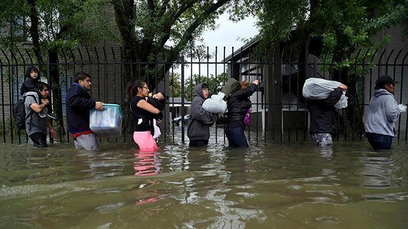 Residentes de Bayou Parc at Oak Forest intentan salvar algunas de sus pertenencias. Foto: Marie D. De Jesus/ Houston Chronicle.