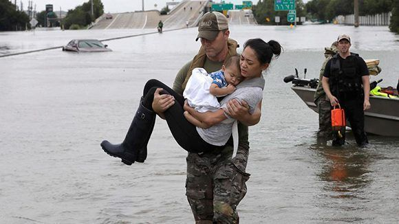 Los SWAT de Houston durante las labores de rescate. Foto: David J. Phillip/ AP.