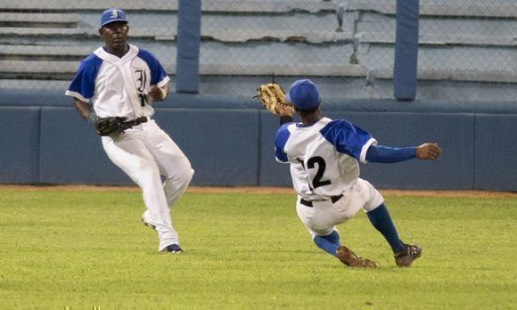 Yorber Sánchez, realiza una gran jugada. Foto: Ismael Francisco/ Cubadebate.