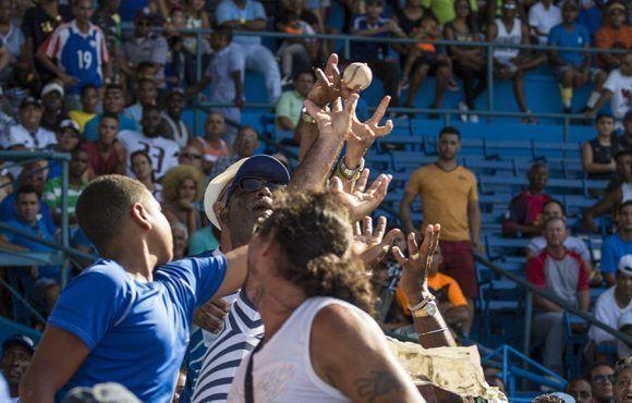 Aficionados en busca de la pelota. Foto: Ismael Francisco/ Cubadebate.