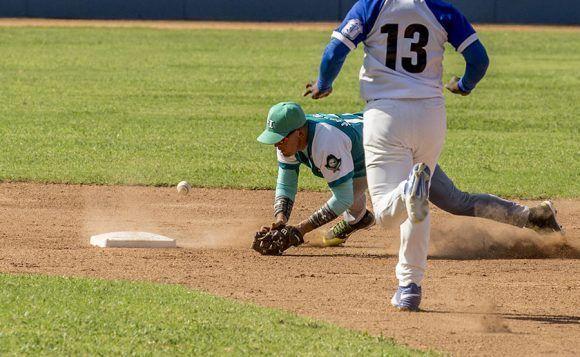 La segunda almohadilla ayudo a fabriar la primera carrera Azul. Foto: Ismael Francisco/Cubadebate.