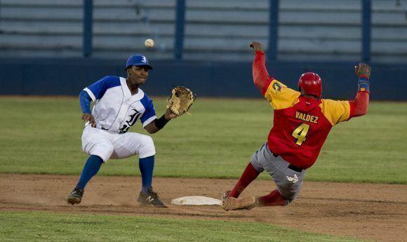 Yorbert Sánchez no puede poner out a Demis Valdez en segunda base ante el intento de robo del matancero. Foto: Ismael Francisco/Cubadebate.