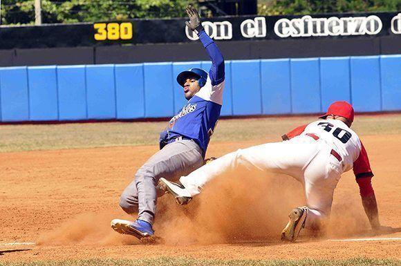 Víctor Víctor Mesa llega quieto a tercera base, en el primer juego de la subserie, donde Santiago de Cuba venció 5-4, aIndustriales en el Guillermón Moncada. Foto: ACN / Miguel Rubiera.