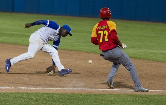 Industriales cometió tres errores en el partido. En la imagen, a Torriente se le escapa un rolling de Blanco. Foto: Ismael Francisco/ Cubadebate.