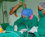Profesionales del sistema médico cubano se insertan hoy en la práctica de intervenciones quirúrgicas vinculadas a la implantación de prótesis penianas de última generación. Foto: Prensa Latina.