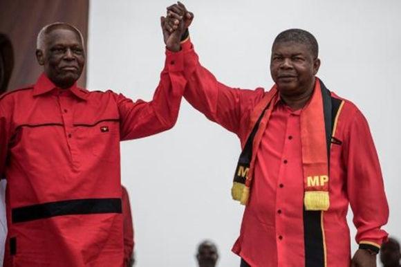 El presidente de Angola, José Eduardo dos Santos (I), y su probable sucesor, Joao Lourenço (D), participan en un acto de campaña en Luanda el 19 de agosto de 2017. Foto: AFP.