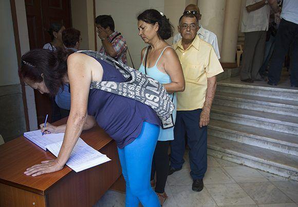 Firma del libro de condolencias por el fallecimiento del destacado periodista Antonio Moltó Martorell. Foto: Irene Pérez/ Cubadebate.