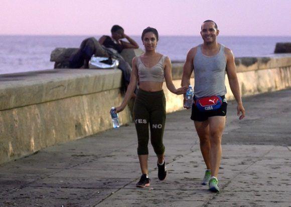 El Malecón habanero; muchas personas se dan cita diariamente en este muro de concreto de unos ocho kilómetros que custodia una ancha avenida de la capital cubana.