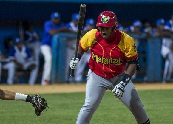Lázaro Herrera de emergente ganó una importante base por bolas. Foto: Ismael Francisco/ Cubadebate.