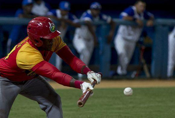 Matanzas tocó la bola, robó bases e hizo varias jugadas tal como aprendieran durante el mandato de seis años de Víctor Mesa. Foto: Ismael Francisco/ Cubadebate.