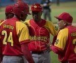 Víctor Figueroa, el nuevo manager de Matanzas, habla con sus jugadores.  Foto: Ismael Francisco/ Cubadebate.