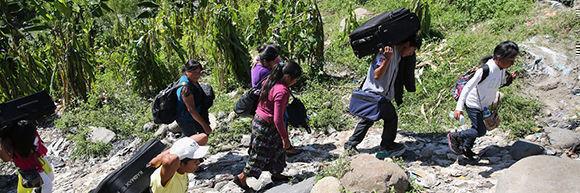 Migrantes centroamericanos cruzan a pie la frontera entre Guatemala y México. John Moore/Getty Images.