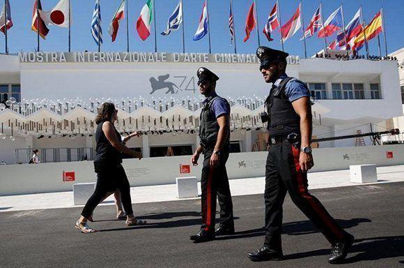 Policías italianos se ven patrullando en frente de la entrada del Palazzo del Cinema un día antes de la apertura de la 74ª edición del Festival de Cine de Venecia en Venecia. Foto: Alessandro Bianchi/ Reuters.