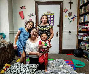Amanda Morales, guatemalteca con tres hijos nacidos en Estados Unidos, recibió una orden del Servicio de Inmigración y Aduanas para regresar a su país, ante lo cual optó por refugiarse en la iglesia de la Santa Cruz, en la parte norte de Manhattan. Foto: Cinthya Santos Briones/ La Jornada.