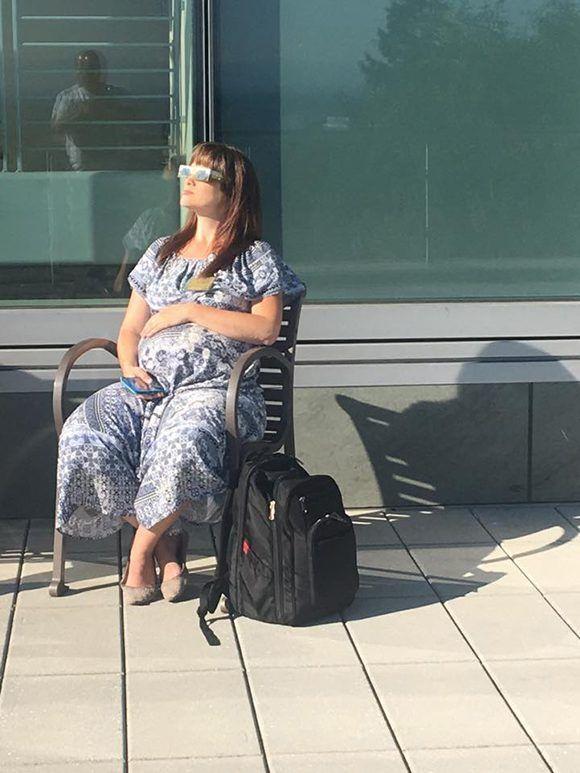 mujer-embarazada-contempla-eclipse-solar