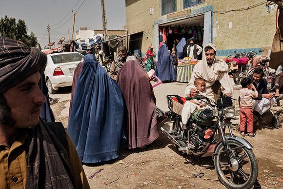 Una calle cerca del mercado para mujeres en Lashkar Gah, provincia de Helmand, Afganistán. Foto: Adam Ferguson/ The New York Times.