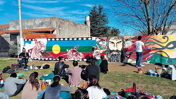 El mural en homenaje a Santiago Maldonado que se realizó en 25 de Mayo, donde viven sus padres. Foto: Página 12.