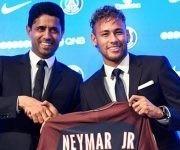 Neymar junto al presidente del PSG, el qatarí Nasser Al-Khelaïfi. Foto: AFP.