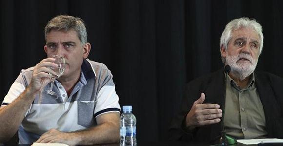 El responsable de Extensión Internacional de IU, Francisco Pérez (i), y el exeurodiputado del PSOE Vicent Garcés, durante la rueda de prensa que han ofrecido en el Círculo de Bellas Artes. Foto: EFE.