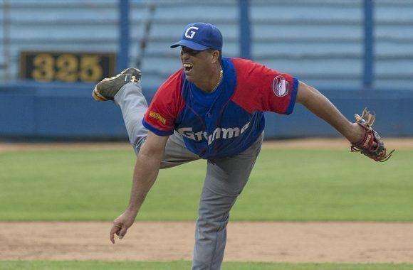 El lanzador granmense Yanier Hernández, perdió un gran juego de pelota 5x2, frete a los Industriales. Foto: Ismael Francisco/Cubadebate.