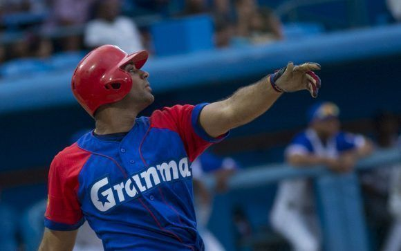 Guillerno Avilés de Granma despacho un enorme cuadrangular. Foto: Ismael Francisco/Cubadebate.