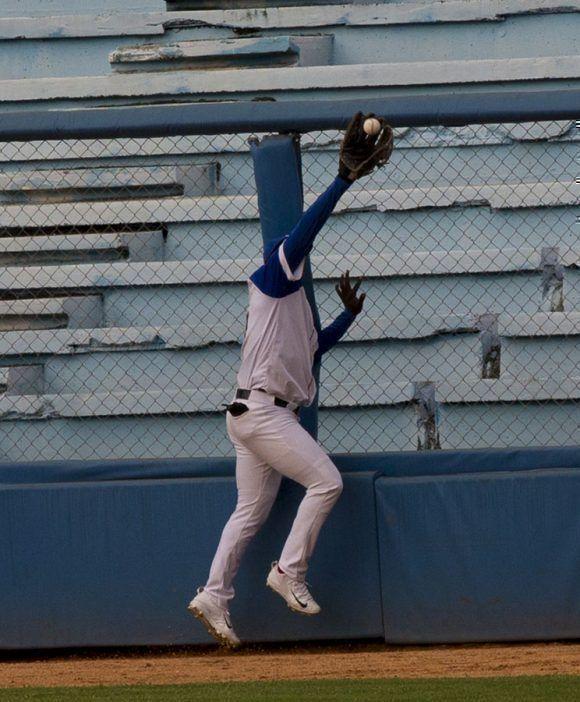 Stayler le captura un enorme batazo a Benitez. Foto: Ismael Francisco/Cubadebate.