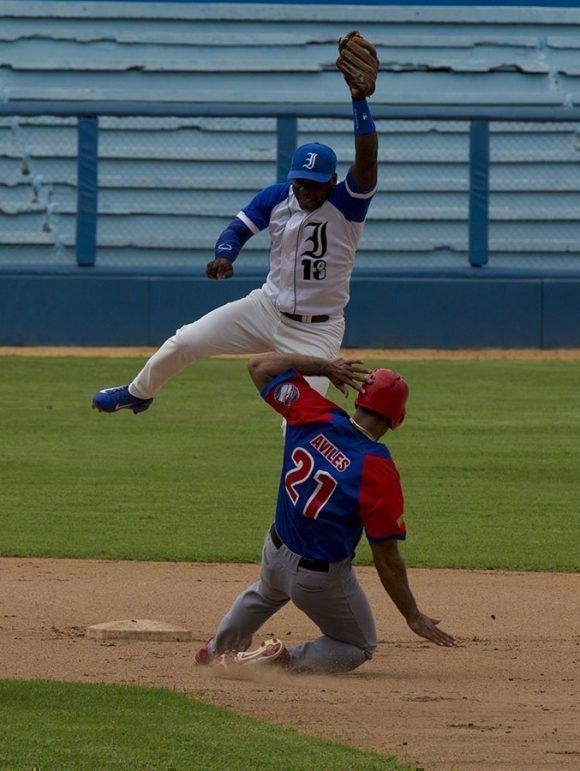 Aunque el tiro de Frank Camilo fue alto Torriente puso out en segunda a Guillermo Avilés. Foto: Ismael Francisco/Cubadebate.