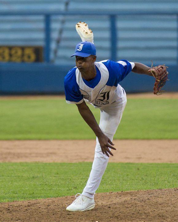 El joven lanzador de Industriales Andy Valdés, fue el ganador del partido. Foto: Ismael Francisco/Cubadebate.