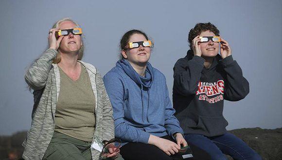 personas-viendo-eclipse-solar-telesur
