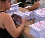 Las mujeres son las protagonistas en el proceso de producción de libretas escolares, en la Unidad Empresarial de Base  Gráfica (UEB) de la provincia, en Sancti Spíritus, Cuba, el 23 de Agosto de 2016.  Foto: Oscar Alfonso/ ACN.