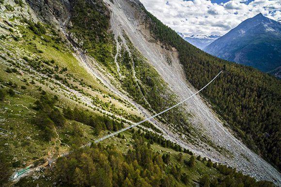 Su longitud es de 494 metros y alcanza en algunos tramos los 85 metros de alto. Foto: Valentin Flauraud/ EFE.