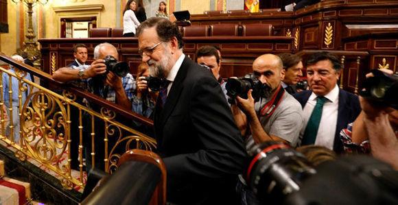 El presidente del Gobierno y del PP, Mariano Rajoy, a su llegada al Pleno del Congreso extraordinario para debatir sobre la trama Gürtel y la cakja B del PP. Foto: Reuters.