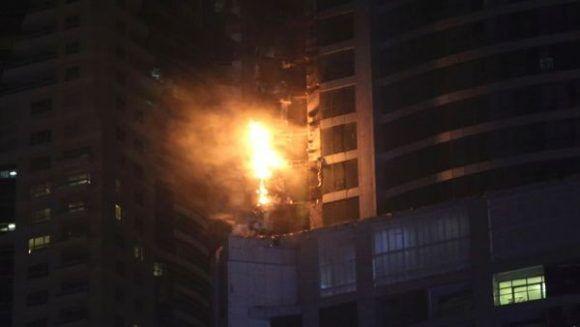 Humo y llamas salieron de la Torre Torch en Dubái el pasado 4 de agosto. | Foto: AP