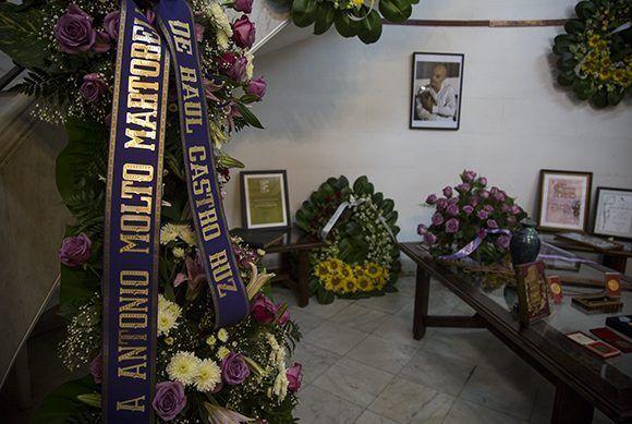 Envía Raúl Castro ofrenda floral a funeral de Antonio Moltó. Foto: Irene Pérez/ Cubadebate.