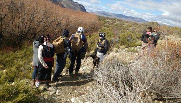 Fotos del rastrillaje en la comunidad, en el momento en que encuentran un gorro que el defensor identificó como de Santiago. Foto tomada de lavaca.org