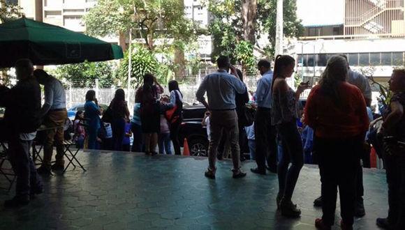 En el municipio Chacao empleados y vecinos bajaron de sus oficinas y residencias y se apostaron en las afueras de las avenidas de Los Palos Grandes. Foto: @MORELOSADA24