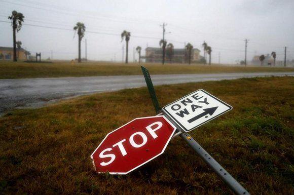 Señales de tráfico en el suelo tras el paso del huracán Harvey por la ciudad de Corpus Christi, en Texas. Foto: Adrees Latif/ Reuters.