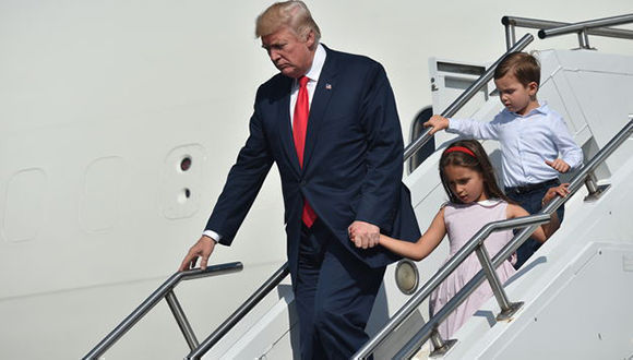 El mandatario estadunidense, Donald Trump, acompañado por sus nietos Arabella y Joseph Kushner, a su llegada Morristown, Nueva Jersey. Foto: AFP.