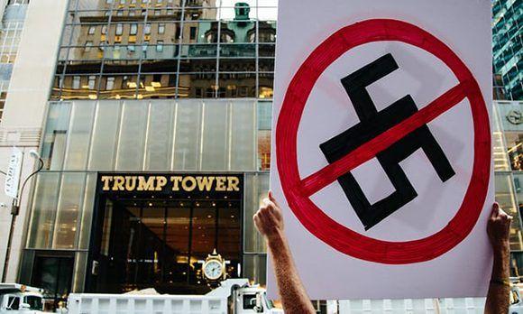 Ciudadanos estadounidenses realizaron fuertes críticas al presidente de los Estados Unidos frente a la Trump Tower de Nueva York. Foto: EPA.