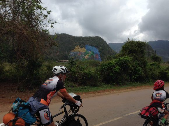Camino al Mural de la Prehistoria en Viñales, Pinar del Río. Una familia de alemanes que recorrieron la isla de Cuba en bicicleta. Foto: Jesús González / Cubadebate