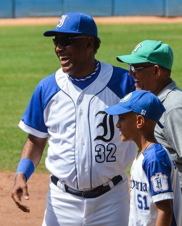 Víctor Mesa (I) , director del equipo de Industriales, antes del primer juego frente a la Isla de la Juventud, en la edición 57 de la Serie Nacional de Béisbol, en el estadio Latinoamericano, en La Habana, el 6 de agosto de 2017. ACN FOTO/Marcelino VAZQUEZ HERNANDEZ/