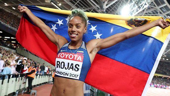 Yulimar Rojas celebró con la bandera de su país. Foto: AFP