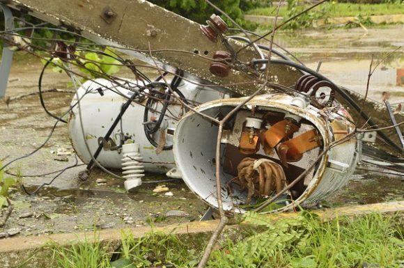 Graves afectaciones a la infraestructura eléctrica en Santa Clara. Foto: Rafael Cardet/ Cubadebate.