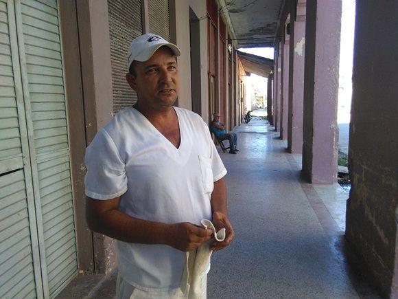 Iván García garantiza con su trabajo una parte imprescindible de la alimentación de las personas en tiempos de huracán (Foto: Yunier Sifonte/Cubadebate)