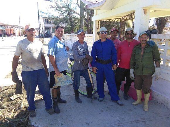 Para Wilfredo López (el segundo desde la izquierda) el trabajo de todo el grupo garantiza el acceso a los barrios de otros servicios importantes como las brigadas eléctricas o telefónicas (Foto: Yunier Sifonte/Cubadebate)