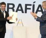 El actor Antonio Banderas recibe el Premio Nacional de Cinematografía de manos del ministro de Educación, Cultura y Deporte Íñigo Méndez de Vigo. Foto: Juan Herrero.