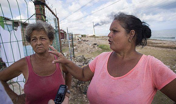 Isabel Rodríguez y Julia Alfonso tuvieron grandes afectaciones en su vivienda. Foto: Ismael Francisco/ Cubadebate.