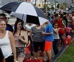 La gente hace cola para comprar gasolina en Caguas (Puerto Rico), este 22 de septiembre de 2017, después del paso del huracán María. Foto: Reuters
