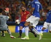 Dani Carvajal dispara a la portería de Gianluigi Buffon ante el delantero italiano Lorenzo Insigne. Foto: AFP.