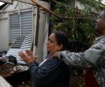 Una mujer observa los destrozos del huracán en casa de su madre en Guayama, Puerto Rico Foto: Carlos Garcia Rawlins / Reuters